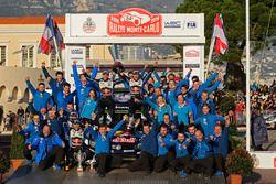 Podio: i vincitori Sébastien Ogier, Julien Ingrassia, Volkswagen Motorsport festeggiano con la squadra