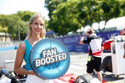 FanBoost, ragazza ai box