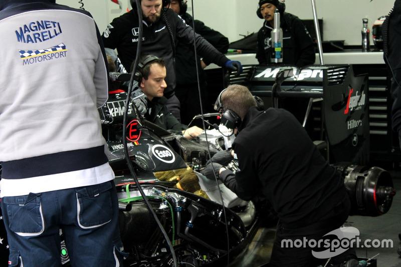 Mecânicos trabalham na McLaren de Stoffel Vandoorne's