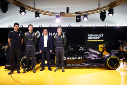 (Da sx a dx): Esteban Ocon, Renault F1 Team Test Driver with Jolyon Palmer, Renault F1 Team; Carlos Ghosn, Presidente di Renault e Kevin Magnussen, Renault F1 Team