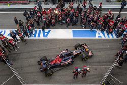 Max Verstappen, Scuderia Toro Rosso e il compagno di squadra Carlos Sainz Jr., Scuderia Toro Rosso, con la  STR11
