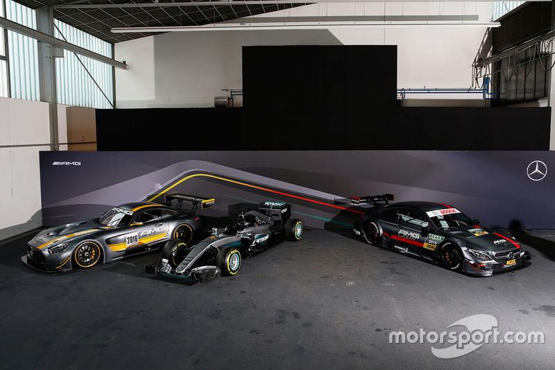 Mercedes AMG F1 Team W07 con los autos DTM
