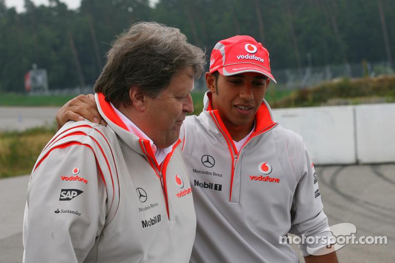 Norbert Haug, Mercedes, Motorsport chief ve Lewis Hamilton, McLaren Mercedes