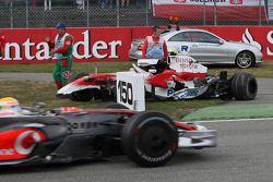 Timo Glock, Toyota F1 Team, TF108, kazaed, as Lewis Hamilton, McLaren Mercedes passes
