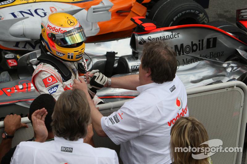 Yarış galibi Lewis Hamilton kutlama yapıyor ve Norbert Haug