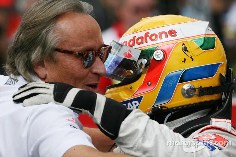 Yarış galibi Lewis Hamilton kutlama yapıyor ve Mansour Ojeh