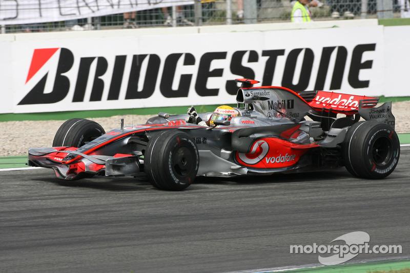Yarış galibi Lewis Hamilton kutlama yapıyor