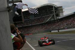Lewis Hamilton prende la bandiera a scacchi