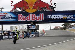 Valentino Rossi wint de race