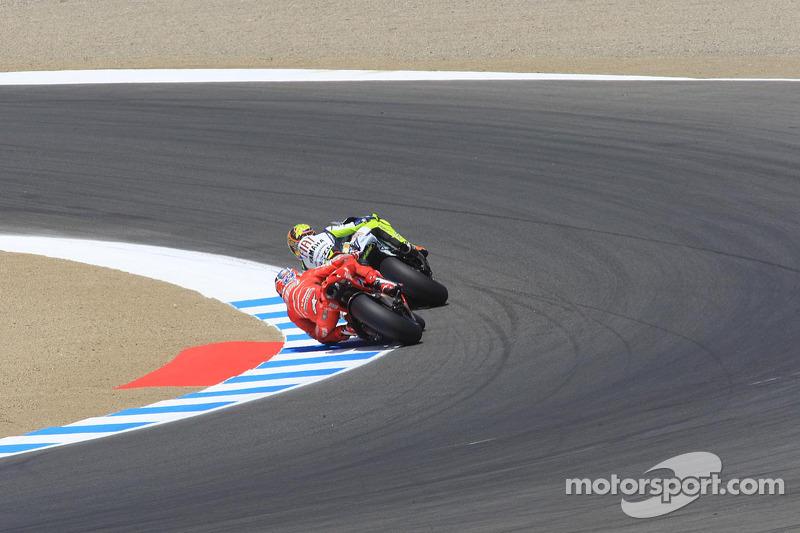 Valentino Rossi voor Casey Stoner