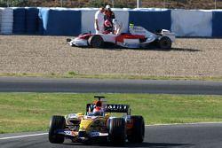 Romain Grosjean, piloto de test de Renault F1 Team. Al fondo, Kamui Kobayashi, piloto probador de Toyota F1 Team detenido en la grava