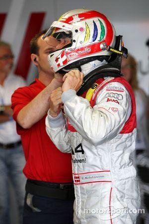 Tom Kristensen, Audi Sport Team Abt, Audi A4 DTM needed some help fastening his helmet