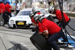 Audi pitcrew awaiting Tom Kristensen, Audi Sport Team Abt, Audi A4 DTM for a practice pitstop