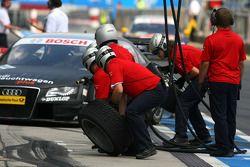 Audi mechanics waiting for a pitstop of Timo Scheider, Audi Sport Team Abt, Audi A4 DTM