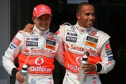 Heikki Kovalainen, McLaren Mercedes con el ganador de la pole position Lewis Hamilton, McLaren Merce