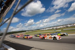 Start: Jimmie Johnson and Mark Martin lead the field