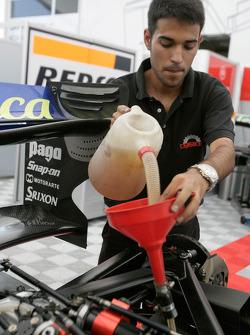 Механик команды Racing Engineering готовит машину Джорджио Пантано к первому сезону