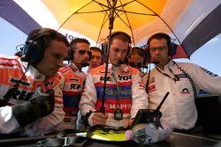Mecánicos de Racing Engineering