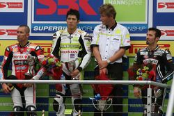 Troy Bayliss, Ryuichi Kiyonari et Max Biaggi sur le podium, avec Ronald Ten Kate
