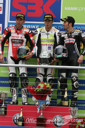 Troy Bayliss, Ryuichi Kiyonari et Max Biaggi sur le podium