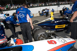 The cars of Greg Mansell and David Martinez almost collide on the starting grid