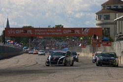 #181 APR Motorsport Volkswagen GTI: Randy Pobst, Mark White et #33 Kinetic Motorsports BMW 330: Lee Davis, Russell Smith