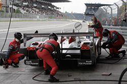 Pit stop for #1 Audi Sport Team Joest Audi R10 TDI: Rinaldo Capello, Allan McNish
