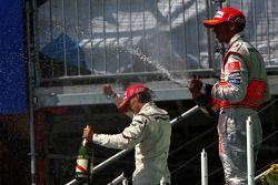 Podio: Lewis Hamilton y Robert Kubica celebran con champagne