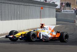 Fernando Alonso, Renault F1 Team, with a damaged car