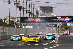 Start: #5 Phoenix Racing Corvette C6R: Marcel Fassler, Jean-Denis Deletraz leads the field