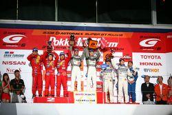 GT300 podium: class winners Kazuki Hoshino and Hironobu Yasuda, second place Kazuya Oshima, Keisuke