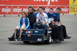 Track inspection: Gil de Ferran and Simon Pagenaud