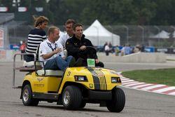 Track inspection: Jan Magnussen, Olivier Beretta and Oliver Gavin