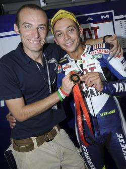 Medallista olímpico bronce en Beijing en espada hombres Alfredo Rota con Valentino Rossi