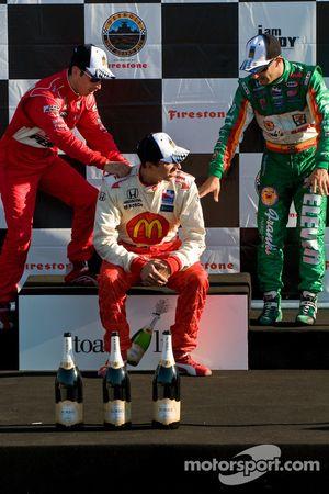 Podio: ganador de la carrera de Justin Wilson, el segundo lugar Helio Castroneves y tercer lugar Ton