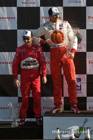 Podio: ganador de la carrera de Justin Wilson y segundo lugar Helio Castroneves