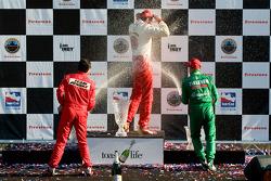 Podio: champán para Justin Wilson, Helio Castroneves y Tony Kanaan