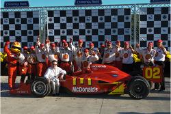 Ganador de la carrera Justin Wilson celebra con los miembros del equipo Carl Haas y Newman/Haas/Lani