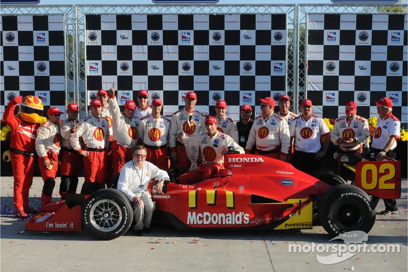 Le vainqueur Justin Wilson fête sa victoire avec Carl Haas et les mécaniciens du Newman/Haas/Lanigan Racing