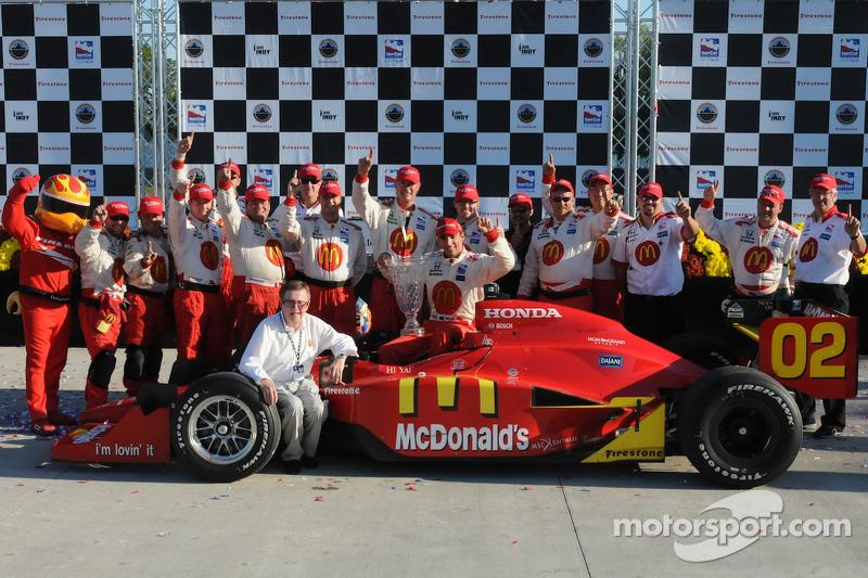 Sieger Justin Wilson feiert mit Carl Haas und der Newman/Haas-Crew