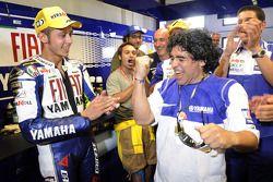 Valentino Rossi festeggia con Diego Armando Maradona
