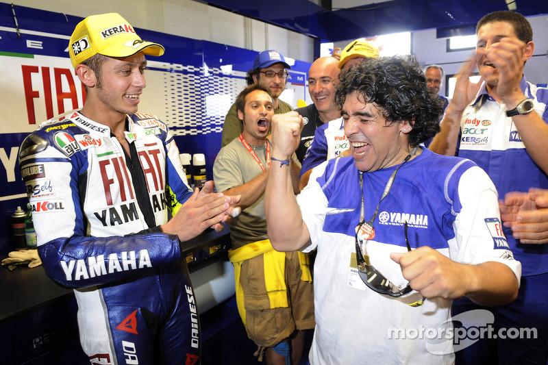 Ganador de la carrera Valentino Rossi celebra con Maradona