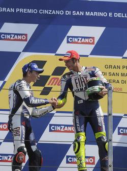 Podio: ganador de la carrera Valentino Rossi y el segundo lugar Jorge Lorenzo