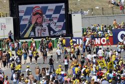 Fans observan a Valentino Rossi en una pantalla gigante
