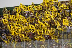 Los fanáticos muestran su agradecimiento a Valentino Rossi