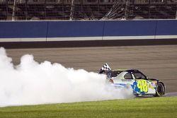 Le vainqueur de la course Jimmie Johnson fait un burnout