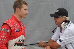 Ryan Briscoe en discussion avec Rick Mears