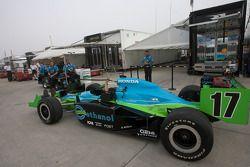 La voiture de Ryan Hunter-Reay placée sur la voie des stands