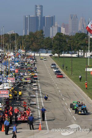 Les équipes d'IndyCar ramènent les voitures vers le paddock à la fin des essais