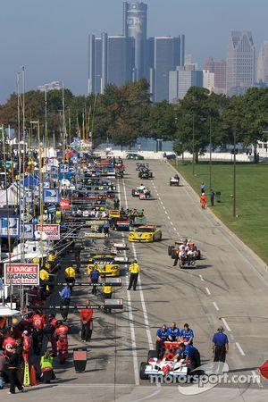 Les équipes d'IndyCar ramènent les voitures vers le paddock à la fin des essais tandis que les voitu